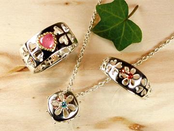 お花と四つ葉のクローバーの透かし細工 リング・ペンダント