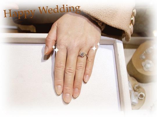 ひまわりの婚約指輪装着時 hi140915