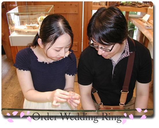 オーダーメイドの結婚指輪&婚約指輪引き取り時 hi141107-01