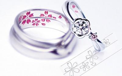 桜のカラーの結婚指輪と婚約指輪