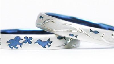 ペンギンを描いて海色にカラーリングした結婚指輪