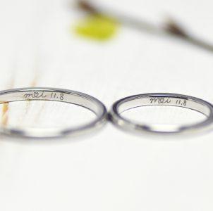 8、イニシャルと記念日を描いた結婚指輪