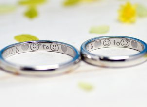 にこちゃんマークを手描きした結婚指輪-whm019