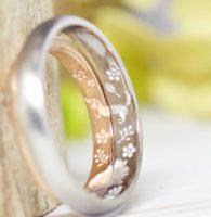 3.ダックスフントと花の内彫り結婚指輪