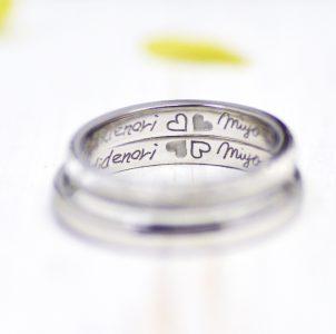 6、クローバーと名前を描いた結婚指輪