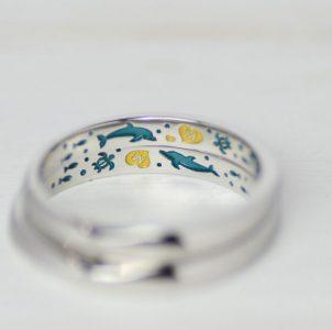 亀とイルカと海の世界をカラ彫刻した結婚指輪