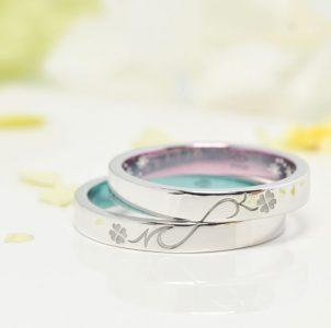 四つ葉のクローバーとイニシャルの結婚指輪