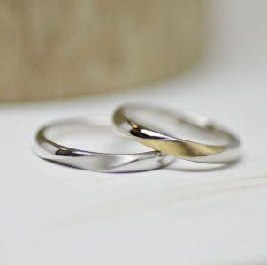 湖水に浮かぶ月の様子をデザインしたシンプルな結婚指輪
