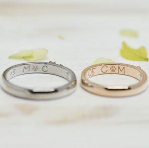 足跡と手描きのイニシャルを刻印した結婚指輪