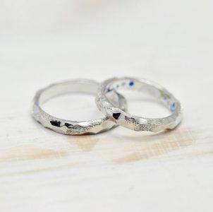 雪山をイメージし荒らしタガネを施した婚指輪