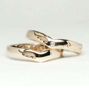 翼と星のV字の結婚指輪