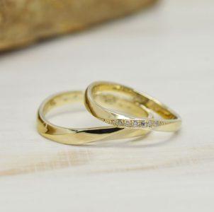 s字ラインにひねりを加えてダイヤを留めたゴールド製のシンプル結婚指輪