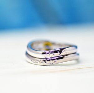 イニシャルとクローバーのタガネ彫りの結婚指輪