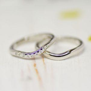 U字ラインにダイヤモンドをドットセッティングしたシンプルな結婚指輪