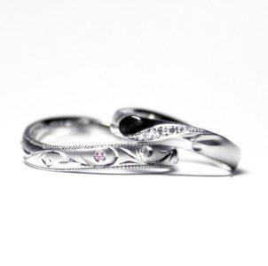 デザインした結婚指輪唐草模様とイニシャルを