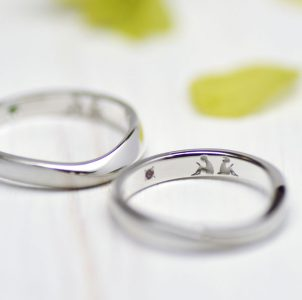読書好きな二人を彫刻した結婚指輪