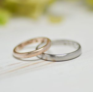 ピンクゴールドとプラチナのマット加工のシンプルな結婚指輪