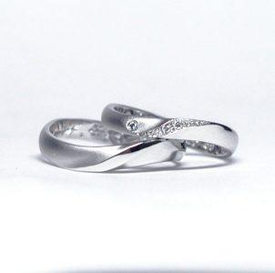 S字ラインの立体的ひねりにダイヤをあしらうシンプルな結婚指輪
