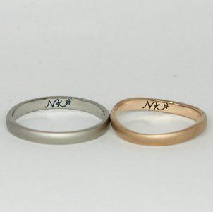 ふたりのイニシャルをデザインして手描きした結婚指輪