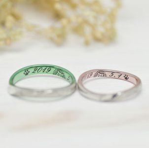 ハリネズミと記念日をグリーンとピンクカラーに彫刻した結婚指輪