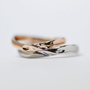 イニシャルと星をデザインした結婚指輪