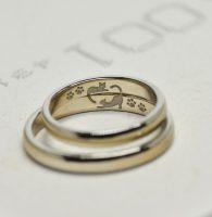 2匹の猫が戯れている様子をふたりに見立てて刻印したした結婚指輪