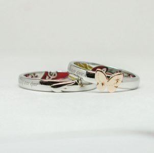 蝶と翼とラテン語ヲデザインした結婚指輪