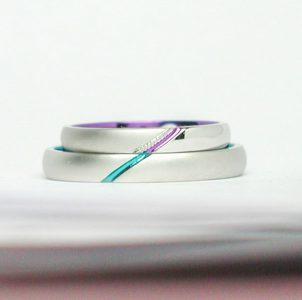 紫色とグリーン色のストライプが絆を感じる結婚指輪