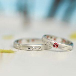 桜とバラとイニシャルのタガネ彫の結婚指輪