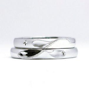 イニシャルと流星を手彫りの星とミルグレインでデザインした結婚指輪
