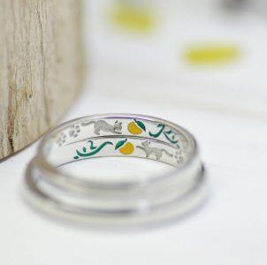 猫好きなカップルのゆずと戯れるデザインの結婚指輪