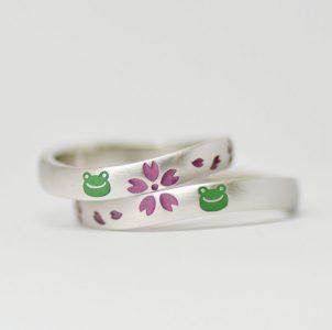 桜と蛙をデザインした結婚指輪