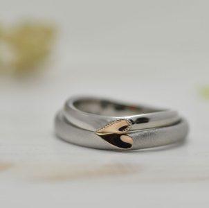 合わせるとゴールドのハートが完成する結婚指輪