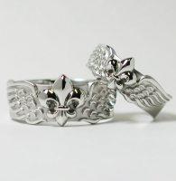百合の紋章と翼をイメージした結婚指輪