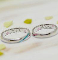 思い出の桜と互いの名前を手描きした結婚指輪