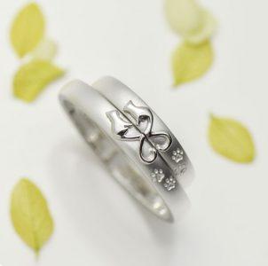 猫の浮き彫りとハート形のしっぽの結婚指輪