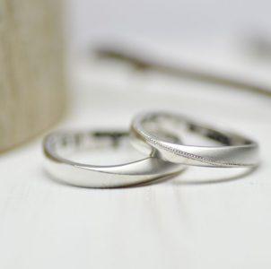 マットと光沢がひねりの境界線で折り合うシンプルな結婚指輪