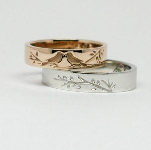 愛鳥のセキセイインコを彫刻した結婚指輪
