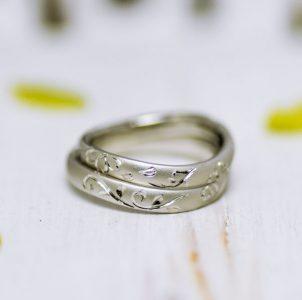 イニシャルと桜を手彫りした結婚指輪