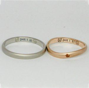 お二人に見立てたクマとひよこと記念日を手描きした結婚指輪