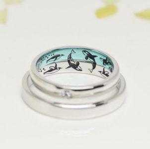 戯れるシャチとペンギン大好きをカラー刻印した結婚指輪