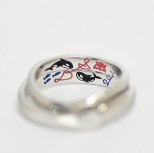 手描きのシャチとイニシャルをカラー彫刻した結婚指輪