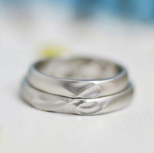 互いのイニシャルをデザインした結婚指輪