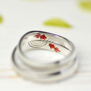 ペットの金魚をカラー彫刻した結婚指輪