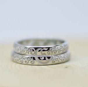 唐草模様とイニシャルの結婚指輪