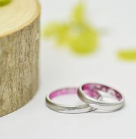 光沢とマット仕上げを斜めラインのミルグレインで仕切った和テイストな結婚指輪