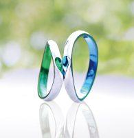 新緑と青空のイメージで色付けした合わせハートの結婚指輪