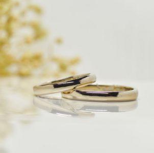 ラテゴールデンカラーのシンプルな平甲丸の結婚指輪