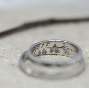 ペンギンと音楽と思い出の風景を彫刻した結婚指輪