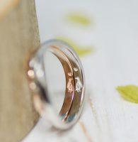 仲良しペンギンを二人に見立て彫刻した結婚指輪
